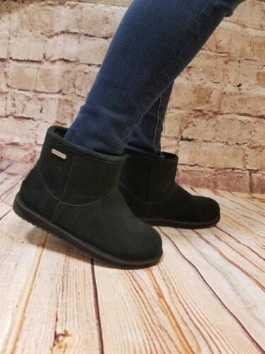 冬サーファーの足元にはこれしかない! EMU シープスキン ブーツ!それも20〜%オフ!
